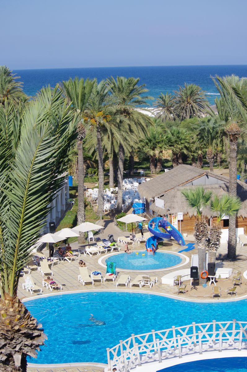 bazén se zahradou a mořem u Marhaba Resortu